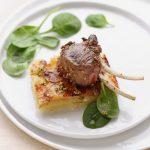 Agnello alla senape e menta su mattonella di patate e cipolle caramellate