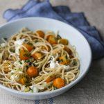 Spaghetti con stracciatella e pomodori datterini (gialli) marinati alle erbe