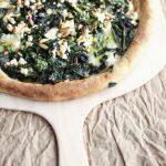 Pizza semintegrale a lenta lievitazione con feta spinaci pinoli e pesto: buon finesettimana!