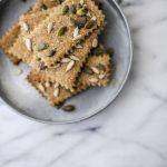 Ricominciare dalle cose semplici: crackers integrali al farro e olio d'oliva, con semi e sale di Cervia alla salicornia