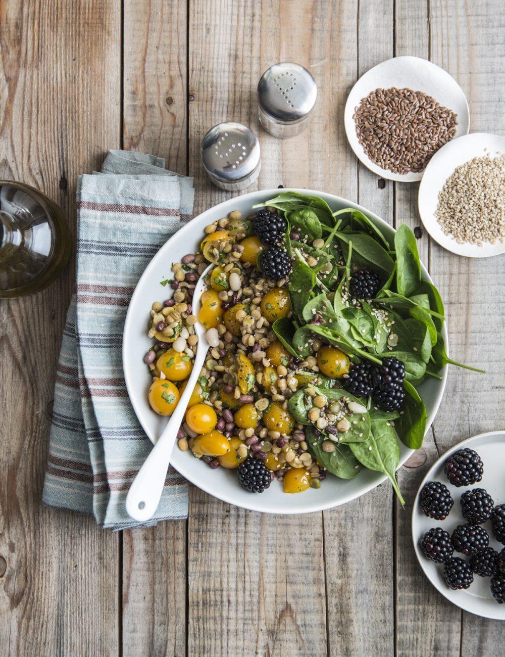 Insalata di Avena e legumi con datterini gialli, basilico, spinacino, more e semi | Rossella Venezia