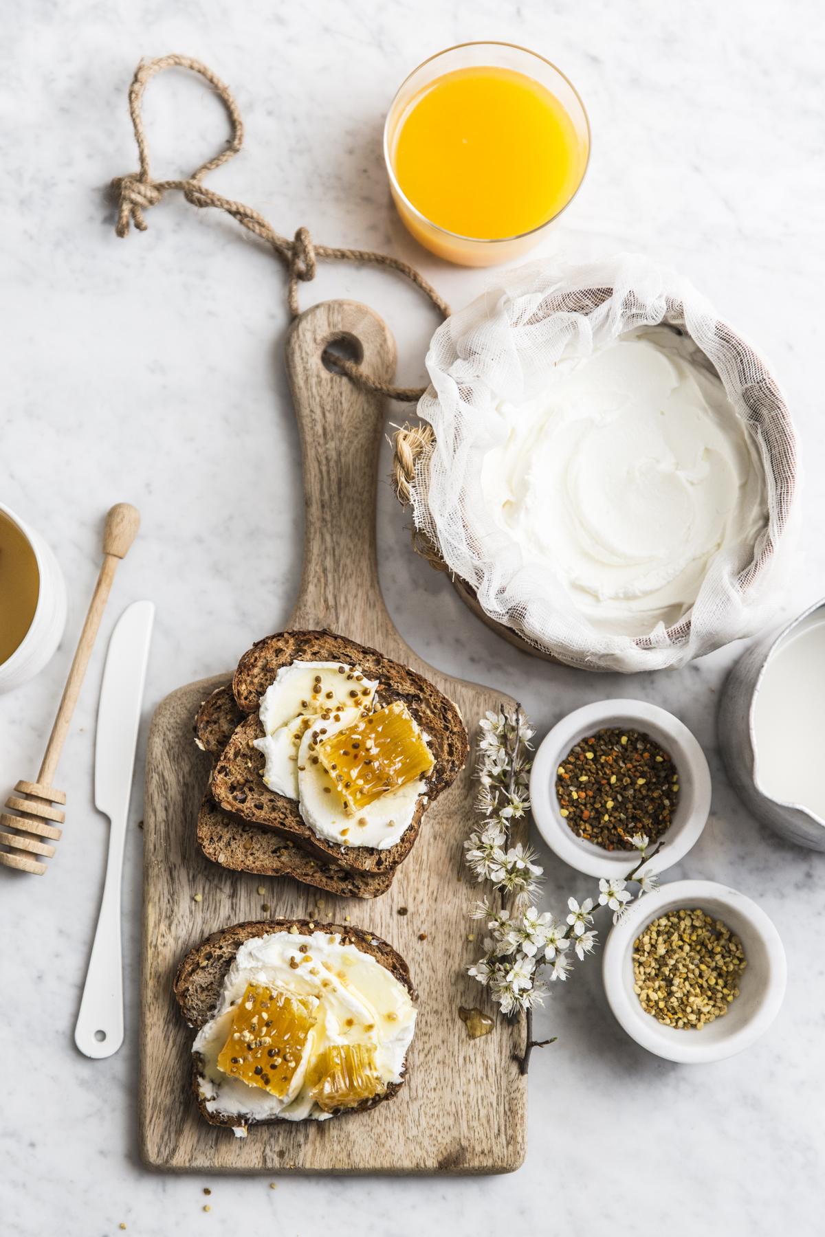 Pane labneh miele di girasole in favo e polline