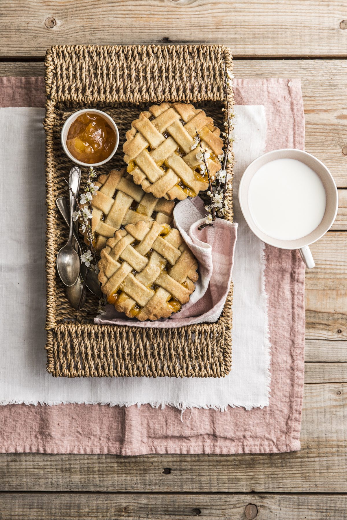 Crostatine di farro e mandorle con marmellata di albicocca e fiori d'arancio