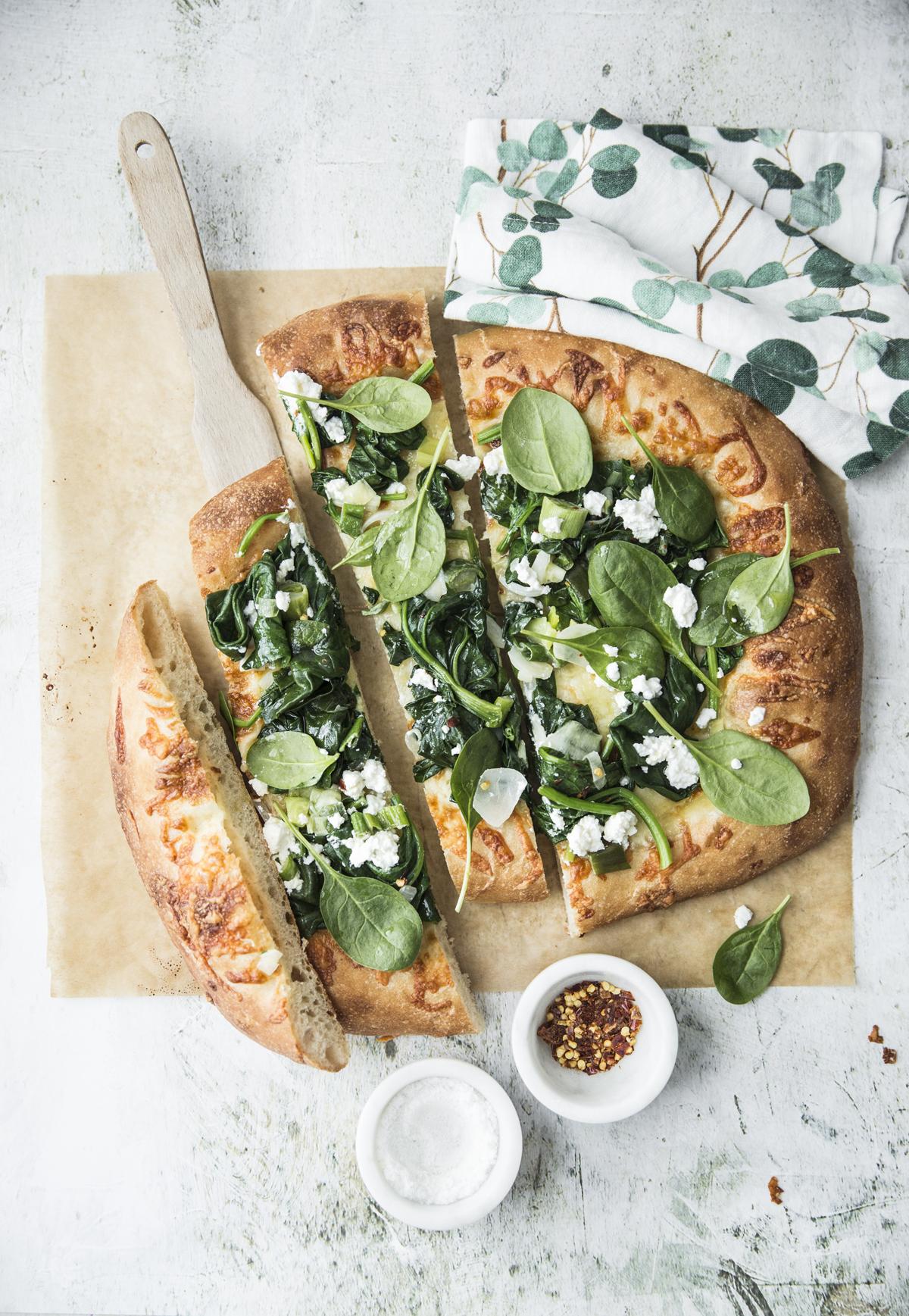 Pizza formaggi spinaci pinoli